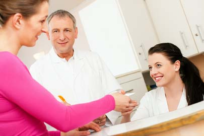 Frau am Empfang einer Arztpraxis (©Zenon_fotolia)
