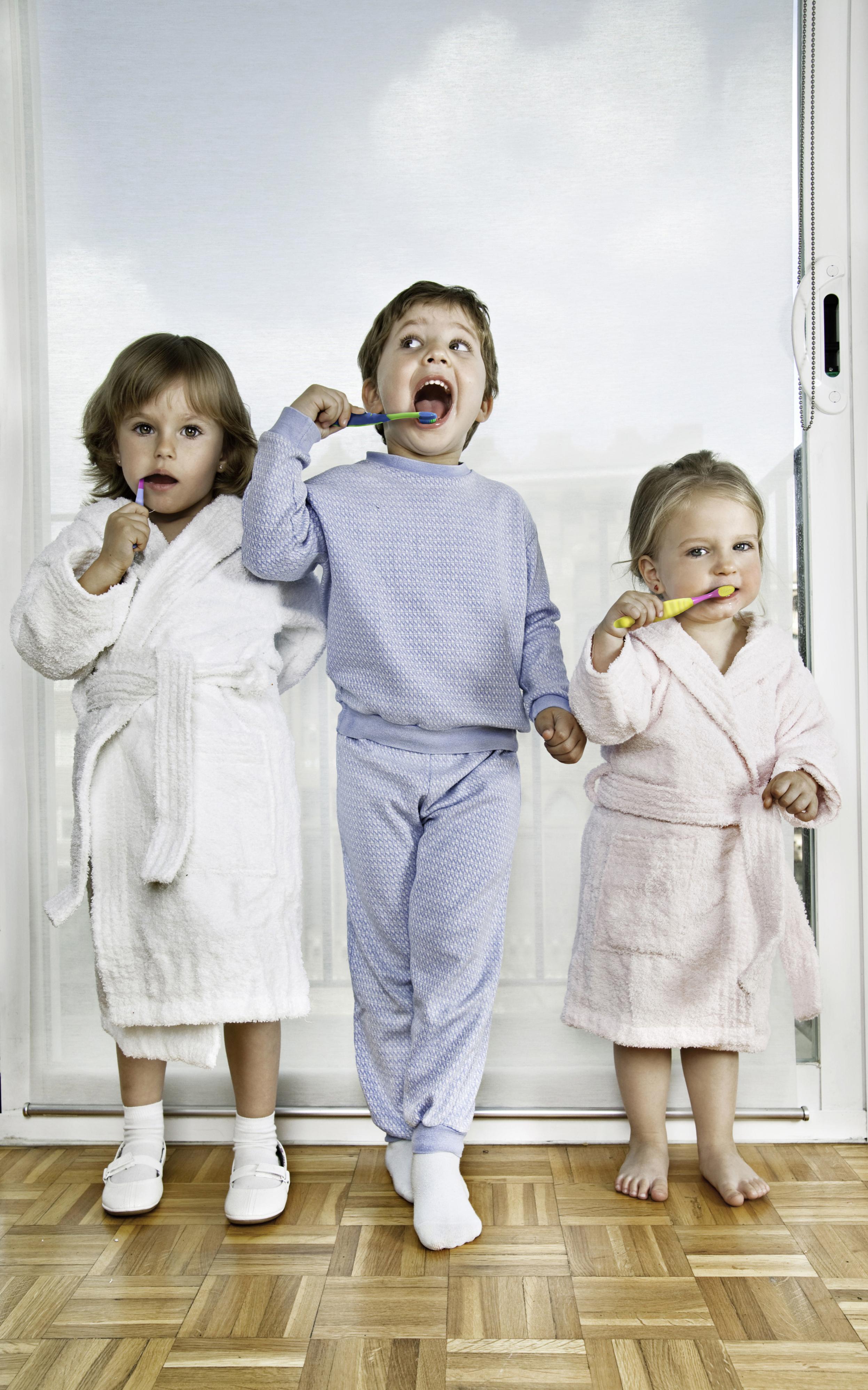 2 x täglich Zähneputzen den Kindern von Anfang an angewöhnen (Foto © Colgate)
